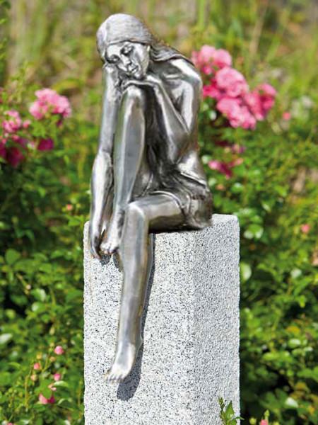 Alu-Figur Emanuelle auf Granitstele(Art.Nr. 88575alu)