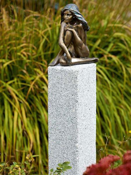 Bronzefigur Demi auf Granitstele (Art.Nr. 88744)