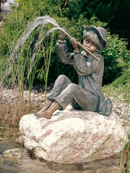 Bronzefigur Hans auf Rosario Findling(Art.Nr. 88122.1)