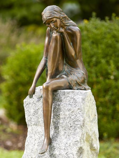 Bronzefigur Emanuelle hoch